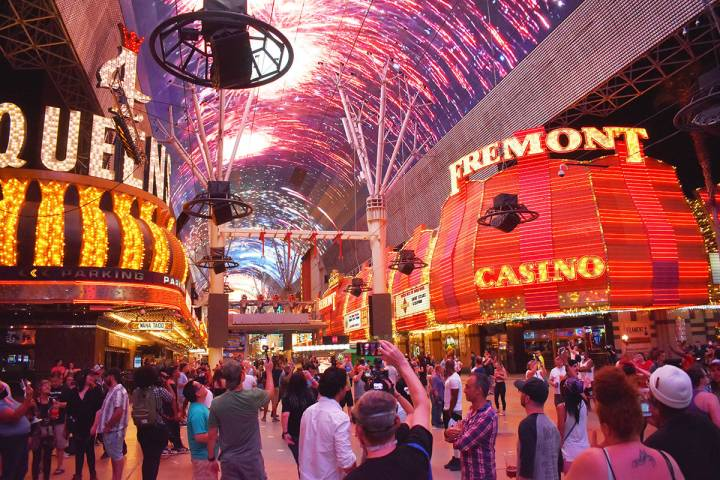 Bajo el domo de la Fremont Street Experience, cientos esperaron la reapertura de los casinos en ...