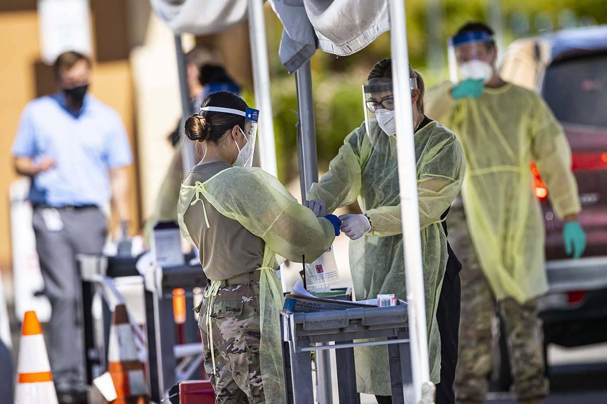 Miembros de la Guardia Nacional ayudan a la Facultad de Medicina de UNLV a administrar las prue ...