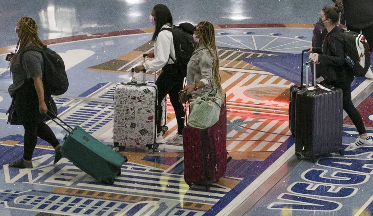 Pasajeros llegan al Aeropuerto Internacional McCarran el jueves, 4 de junio de 2020, en Las Veg ...