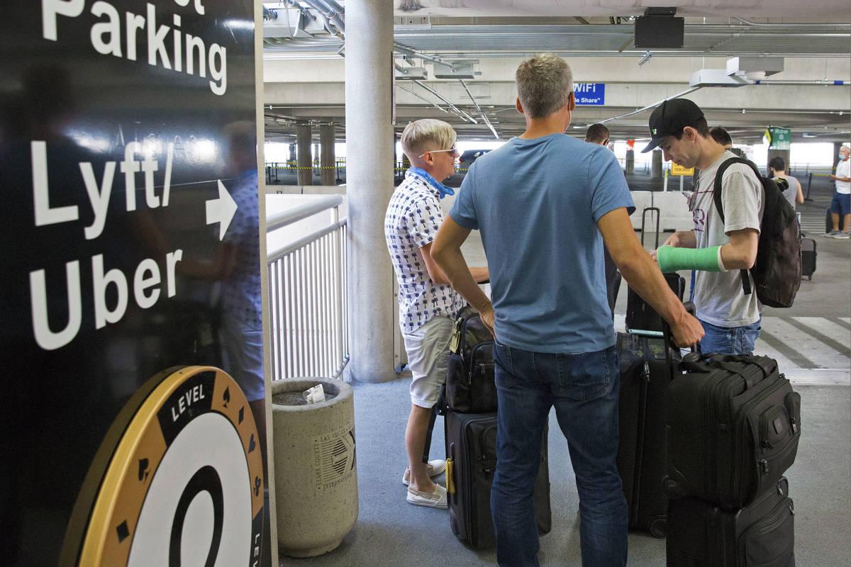 Los pasajeros que llegan esperan su auto en la sala de espera del Aeropuerto Internacional McCa ...