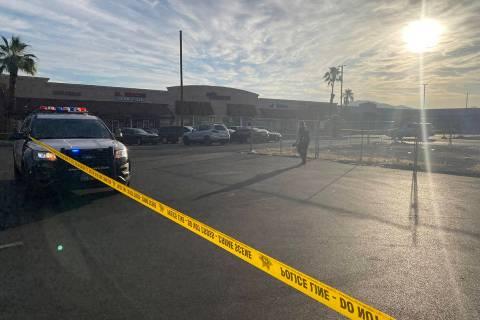 Cinta de escena del crimen se extiende a través de un estacionamiento en Pecos-McLeod Plaza, 3 ...
