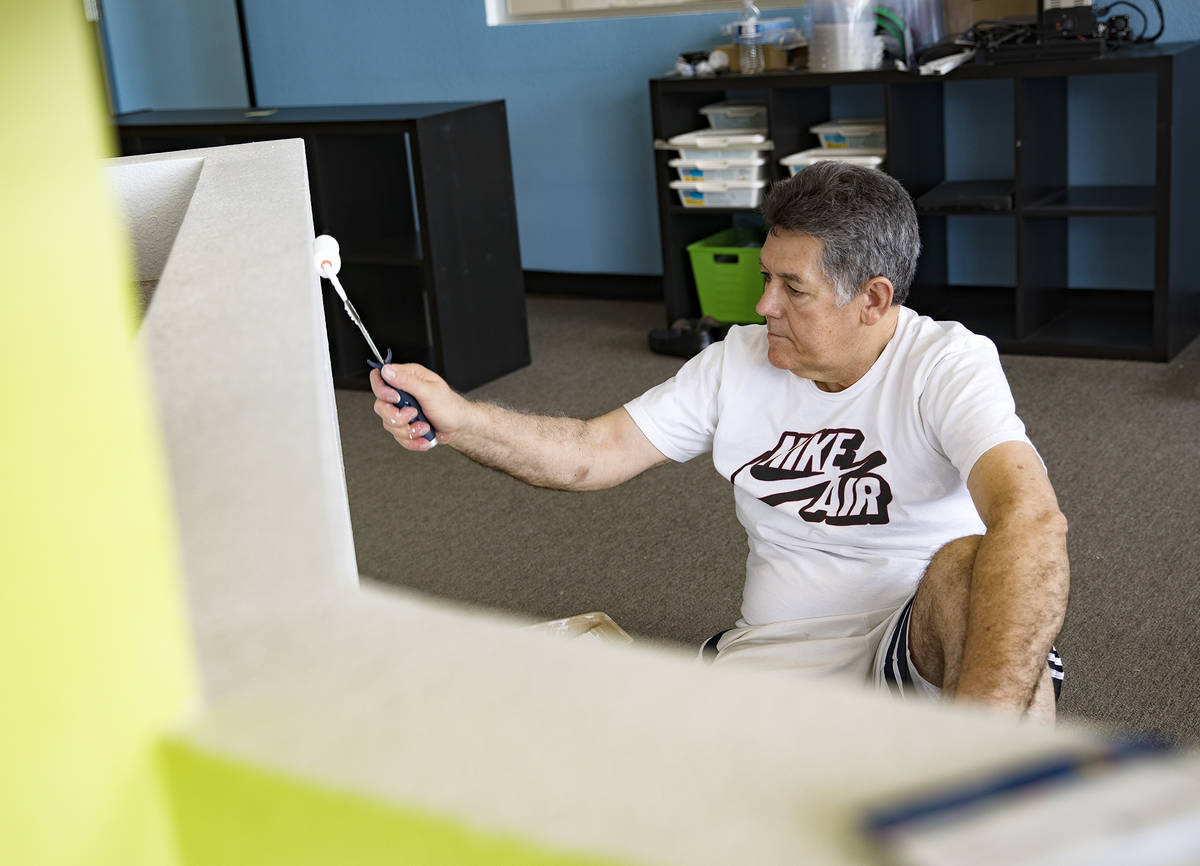 Hugo Silva, copropietario de Engineering For Kids, repinta un muro en Engineering For Kids en L ...