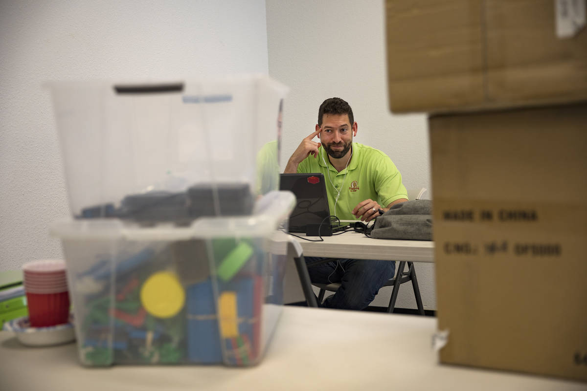 Leo Silva, copropietario y profesor de Engineering For Kids, hace llamadas en preparación para ...
