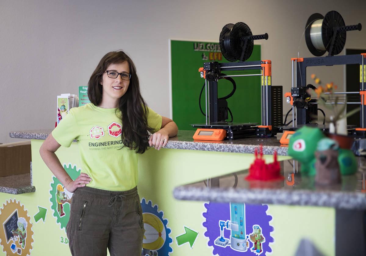 Elise Silva, copropietaria y profesora de Engineering For Kids, ajusta la nueva estación de re ...