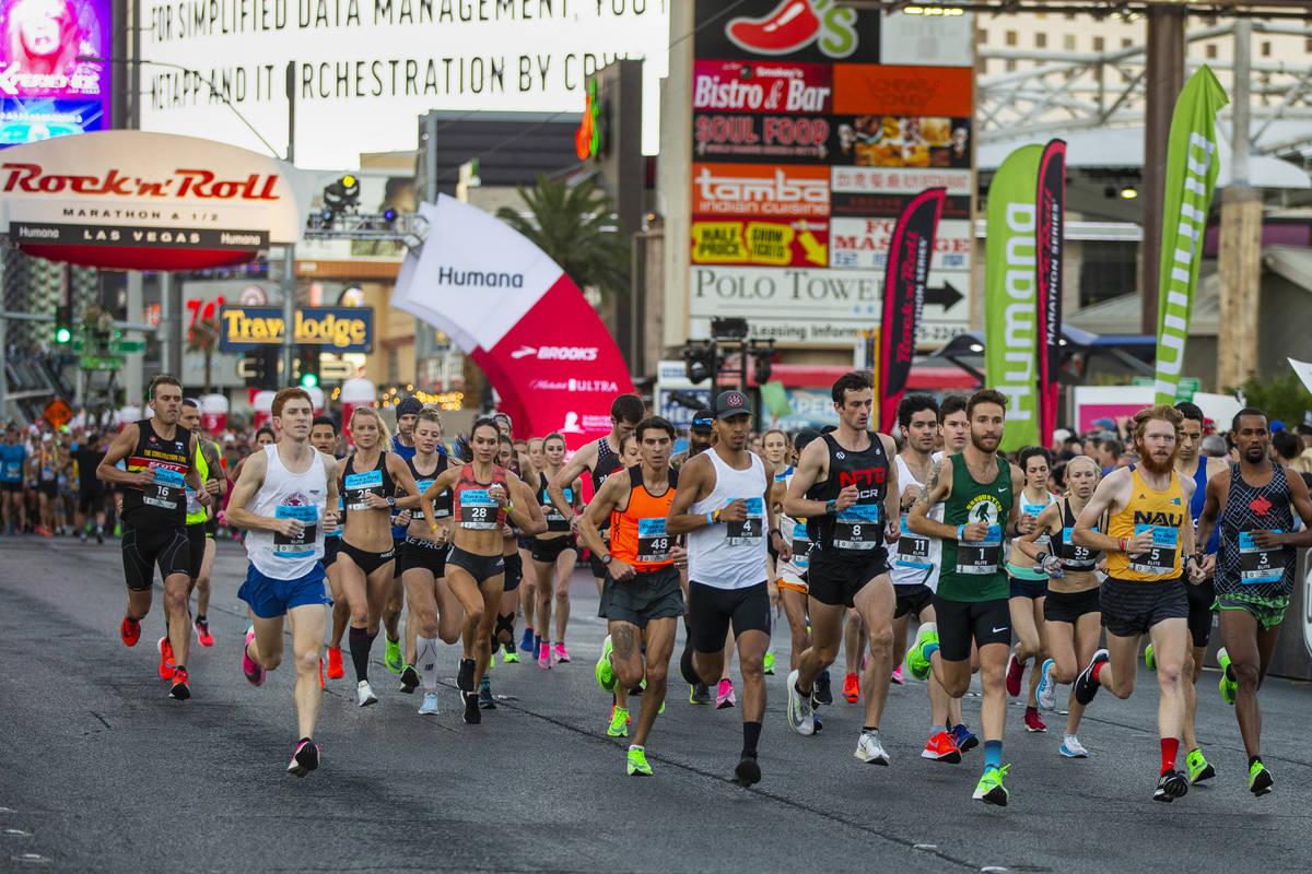 Corredores de élite salen de la línea de salida durante el Maratón de Rock 'n' Roll de Las V ...
