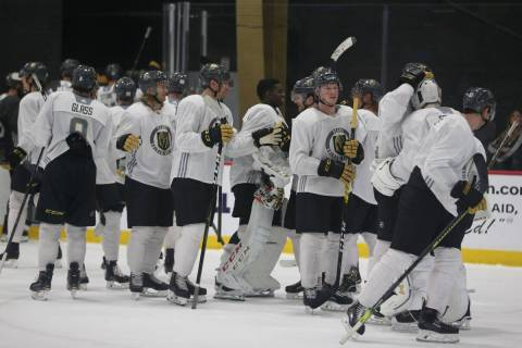 Jugadores de los Golden Knights de Las Vegas entrenando en City National Arena de Las Vegas el ...