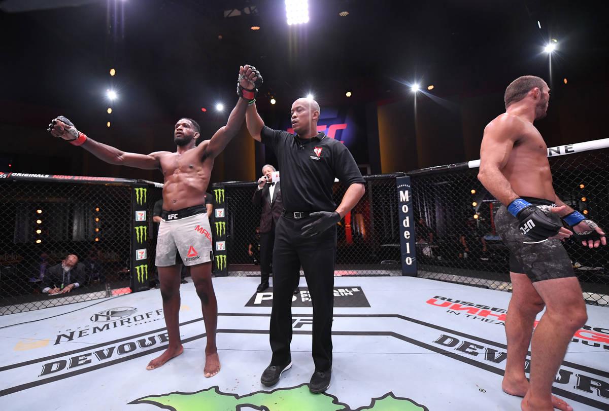 Neil Magny celebra después de su victoria sobre Anthony Rocco Martin en su combate de peso wel ...