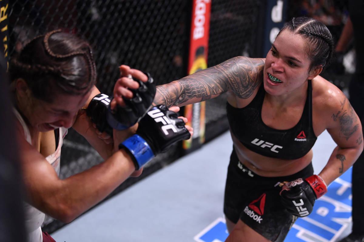 (I-D) Amanda Nunes de Brasil golpea a Felicia Spencer de Canadá en su combate por el campeonat ...