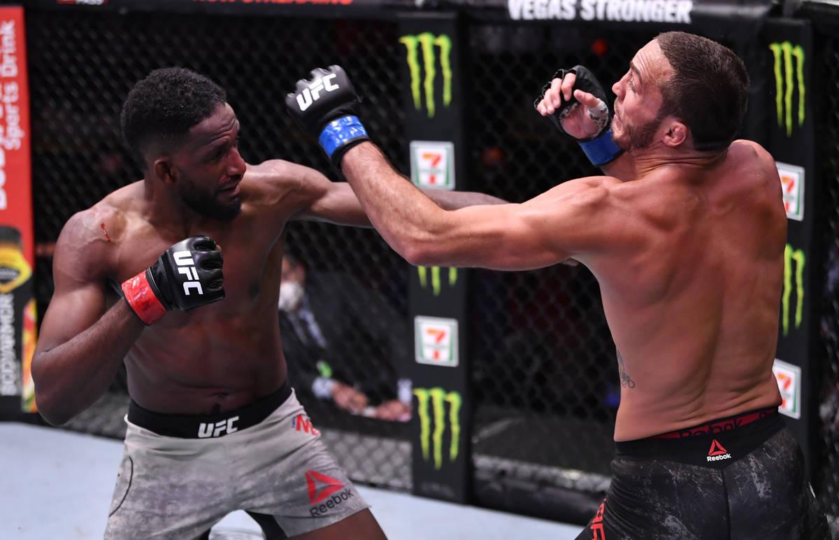 (I-D) Neil Magny golpea a Anthony Rocco Martin en su combate de peso welter durante el evento U ...