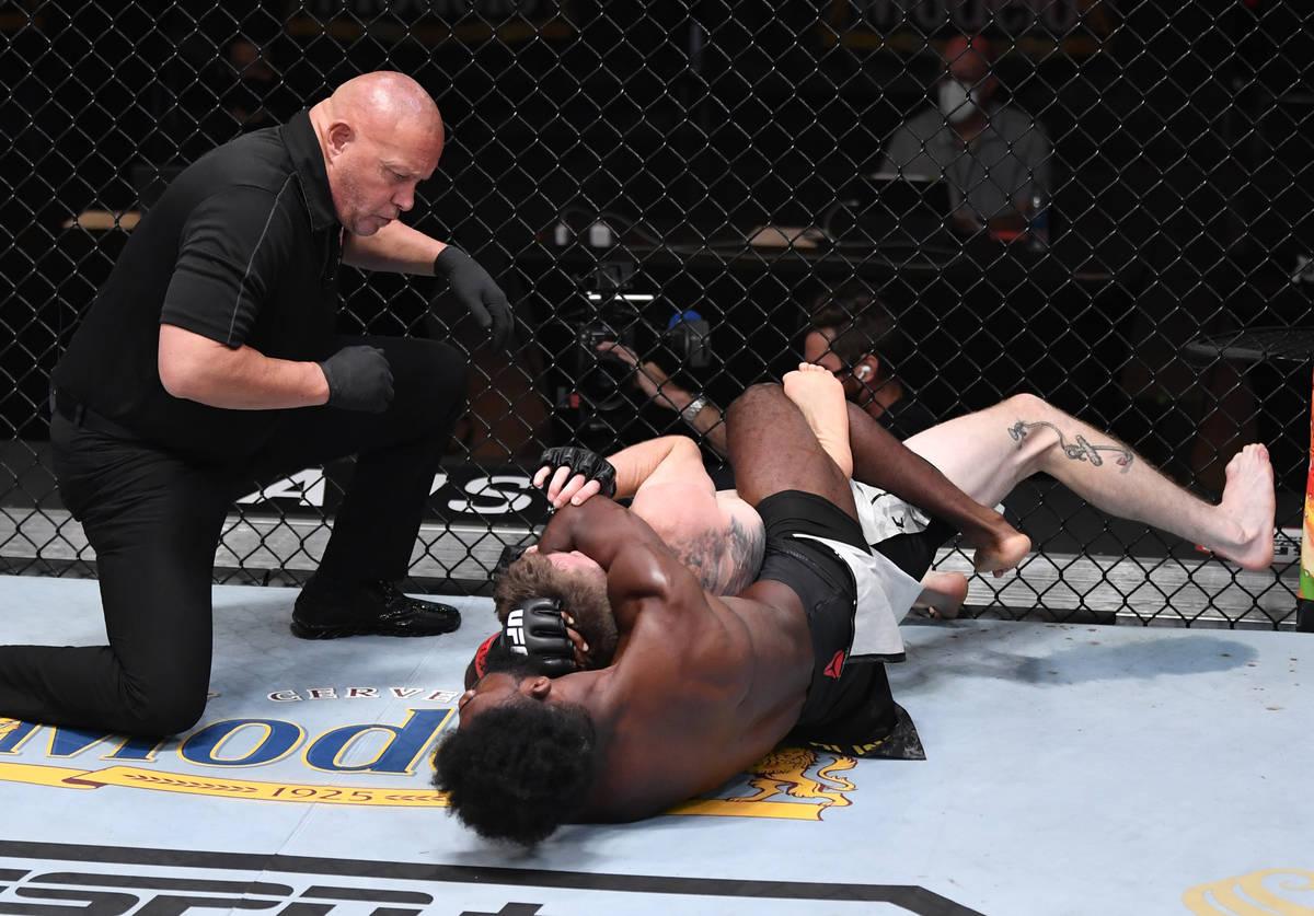 Aljamain Sterling intenta sostener a Cory Sandhagen en su combate de peso gallo durante el even ...