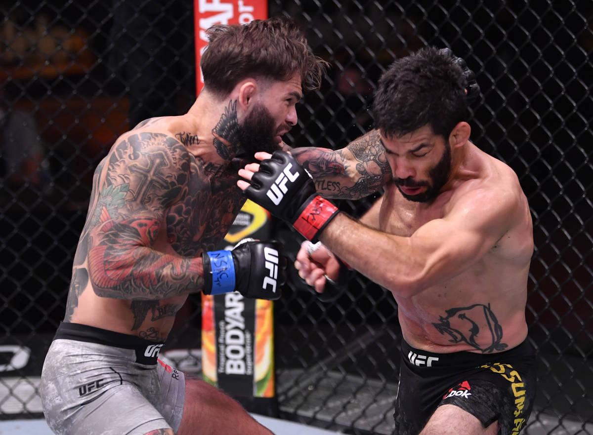(I-D) Cody Garbrandt golpea a Raphael Assuncao de Brasil en su combate de peso gallo durante el ...