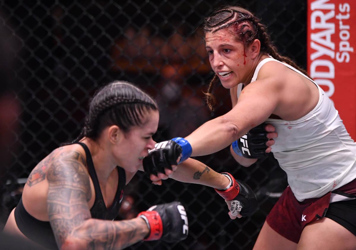 (D-I) Felicia Spencer de Canadá golpea a Amanda Nunes de Brasil en su combate por el campeonat ...