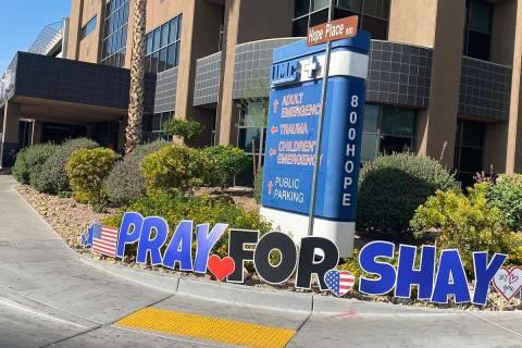 Muestras de apoyo para el oficial herido Shay Mikalonis continuaron en el Centro Médico Univer ...