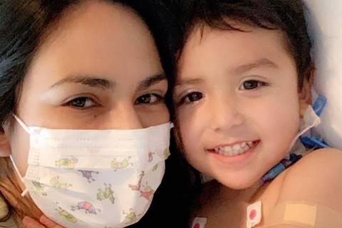 Karen Sombra se acurruca con su hijo Sebastián Rodríguez el jueves, 4 de junio de 2020. (Kare ...