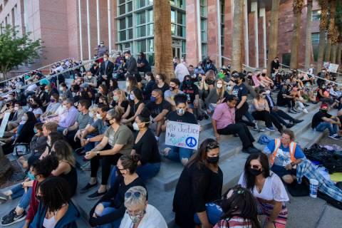 Un grupo de defensores públicos y otros se reunieron por un momento de silencio de 8 minutos y ...