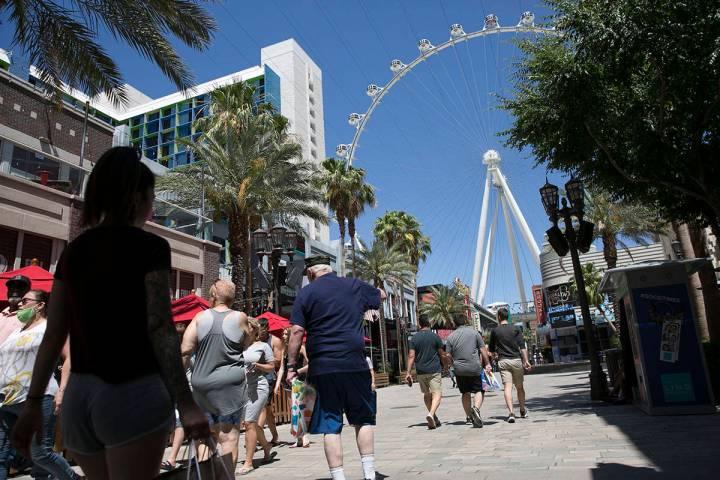 Turistas caminan por el Line Promenade el domingo, 7 de junio de 2020, en Las Vegas. (Bizuayehu ...