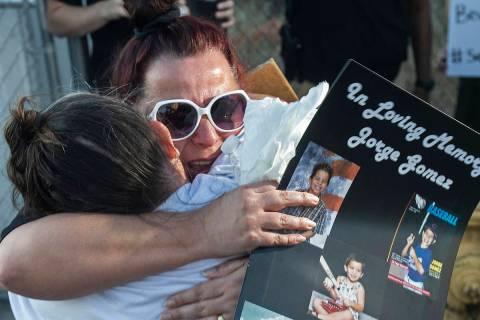 Jeannie Llera, derecha, madre de Jorge Gómez, quien fue abatido a tiros la semana pasada por l ...