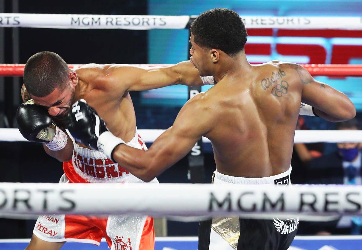 Shakur Stevenson, izquierda, golpea a Félix Caraballo durante su pelea de peso superpluma la n ...