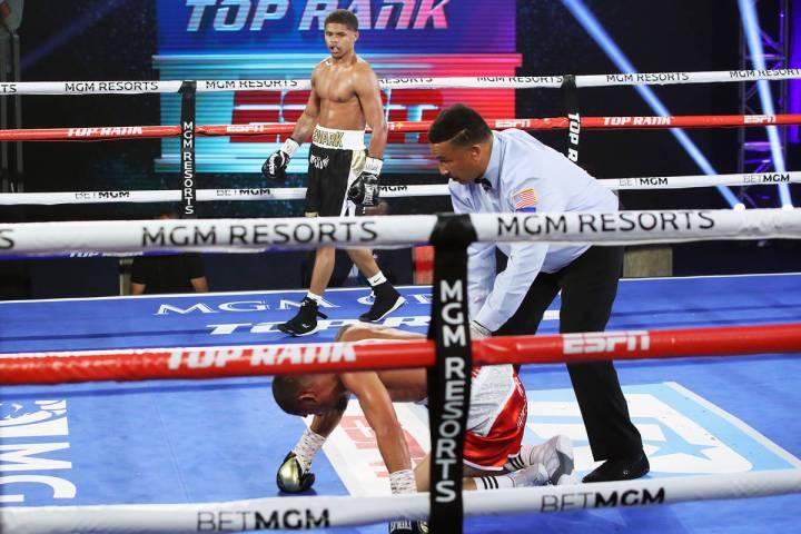 Shakur Stevenson derriba a Félix Caraballo durante su pelea de peso superpluma la noche del ma ...