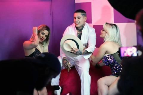 Osmani García realizó un videoclip en el Downtown. En la foto es flanqueado por las modelos D ...