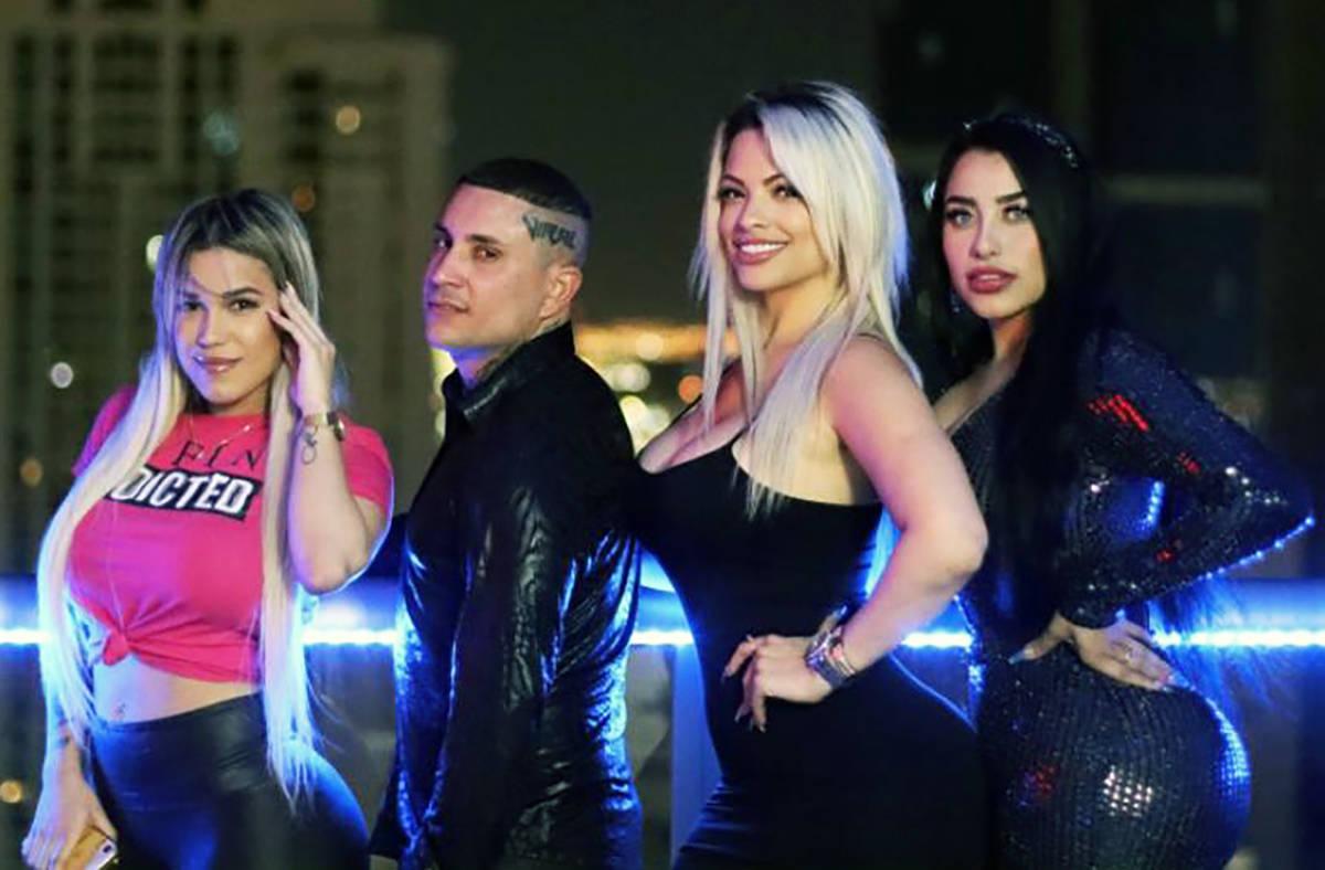 Osmani García realizó un videoclip en el Downtown. En la foto es acompañado por las modelos ...