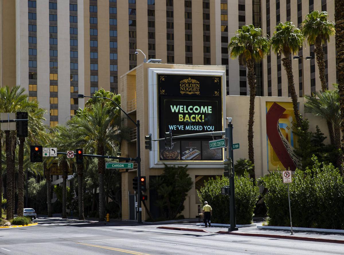 Una pantalla digital en el Golden Nugget en el centro de Las Vegas el jueves, 11 de junio de 20 ...