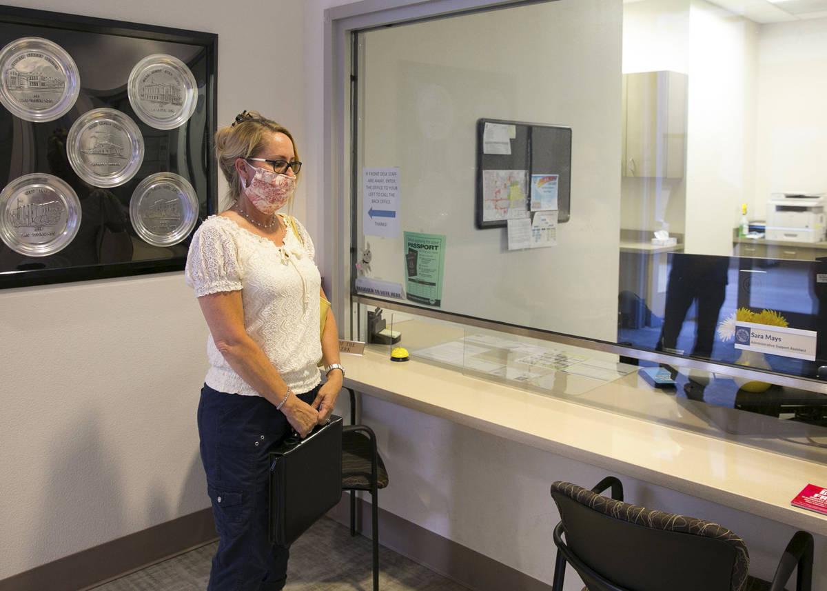 """Molley Taylor, organizadora de """"Expulsen a Michele"""", espera a Stacey Campbell, ayudante jefe de ..."""
