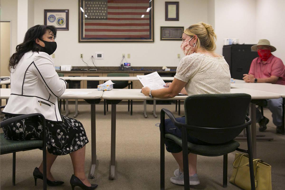 Stacey Campbell, a la izquierda, secretaria adjunta de la ciudad de Las Vegas, y Molly Taylor, ...