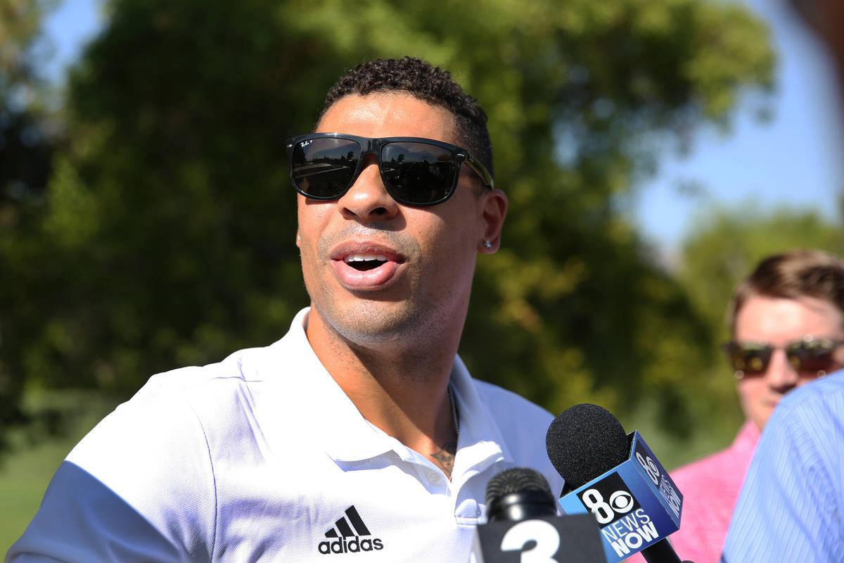 Ryan Reaves, de los Golden Knights, habla con los medios antes del torneo de golf de caridad de ...