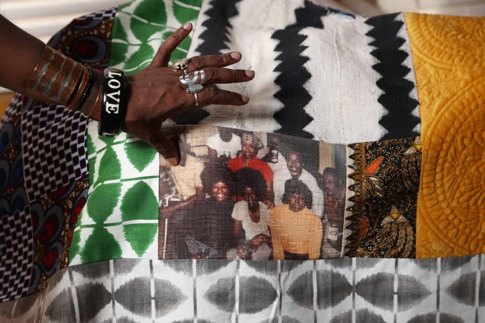 Erica Vital-Lazare, profesora universitaria y artista, posa para una foto sosteniendo una colch ...
