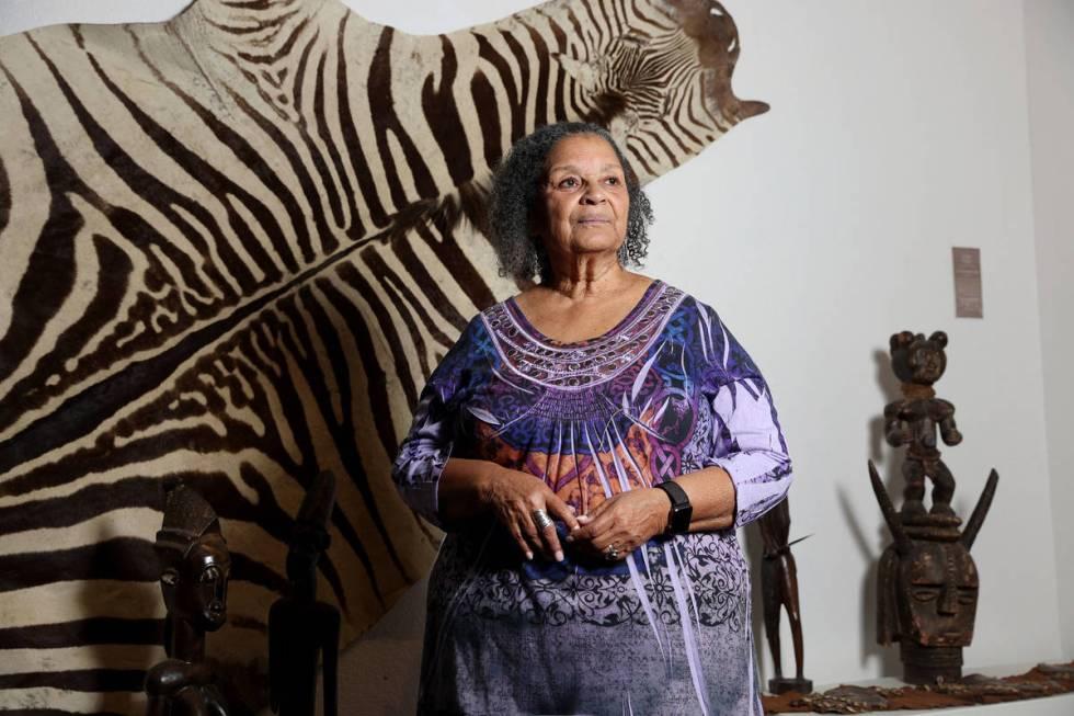 Vicky Richardson, la artista fundadora de la Galería de Arte Left of Center en Las Vegas, posa ...
