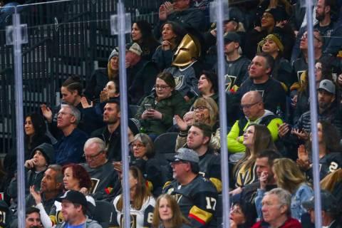 Un fan de los Golden Knights con un cubrebocas observa la acción durante el primer tiempo de u ...