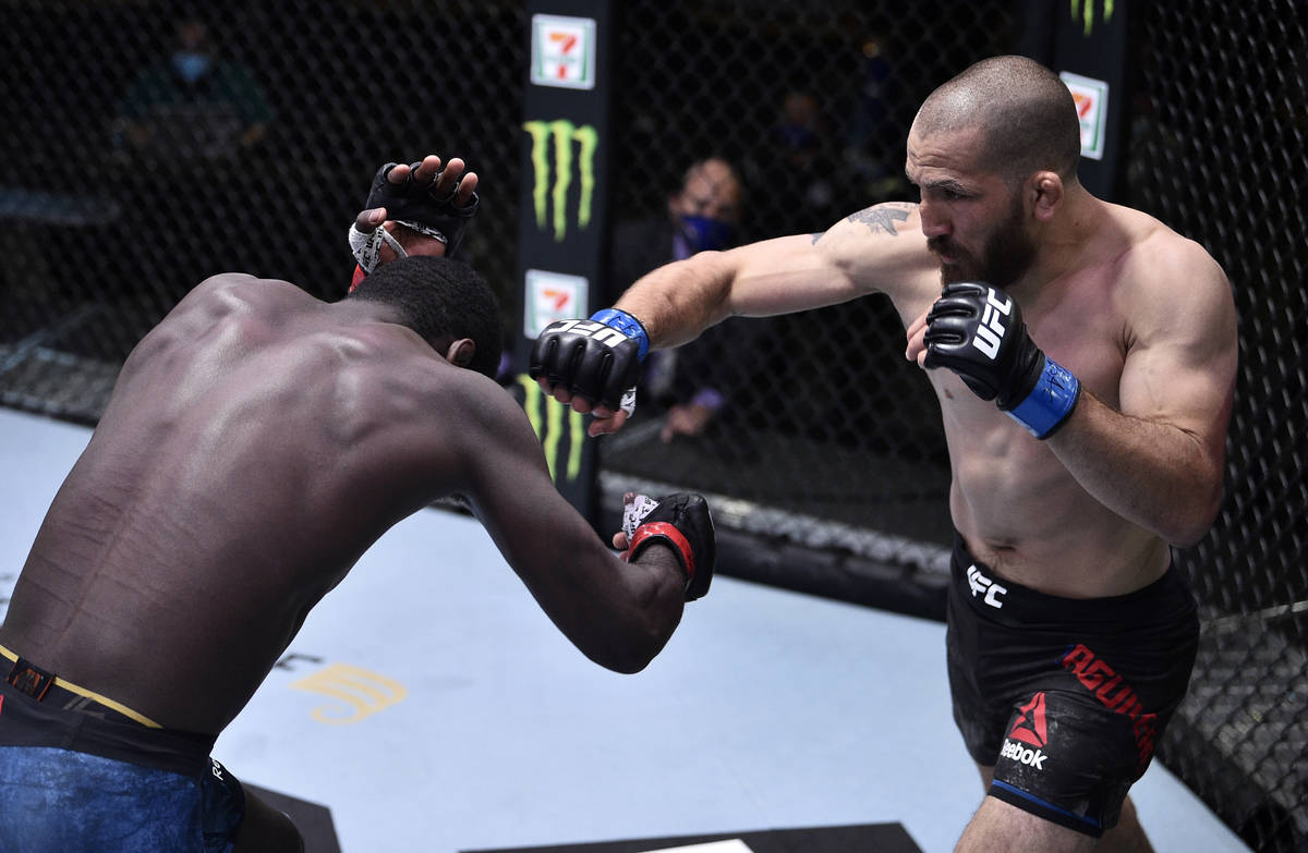 LAS VEGAS, NEVADA - 13 DE JUNIO: (D-I) Christian Aguilera golpea a Anthony Ivy en su pelea de p ...