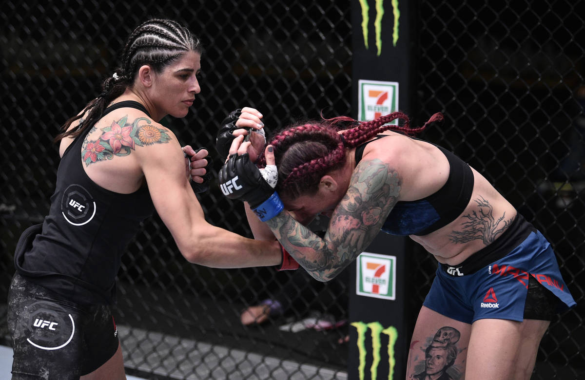 LAS VEGAS, NEVADA - 13 DE JUNIO: (I-D) Julia Ávila golpea a Gina Mazany en su pelea de peso ga ...