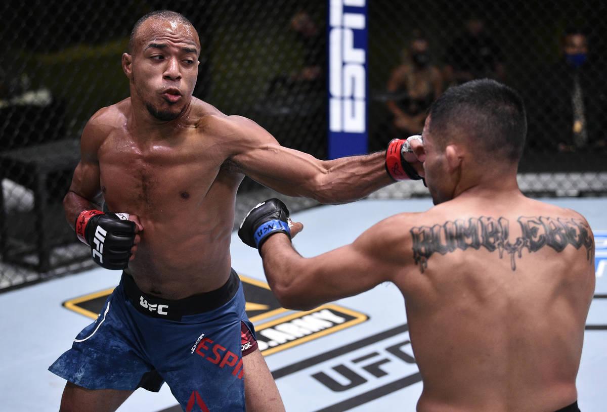 LAS VEGAS, NEVADA - 13 DE JUNIO: (I-D) Jordan Espinosa golpea a Mark De La Rosa en su pelea de ...