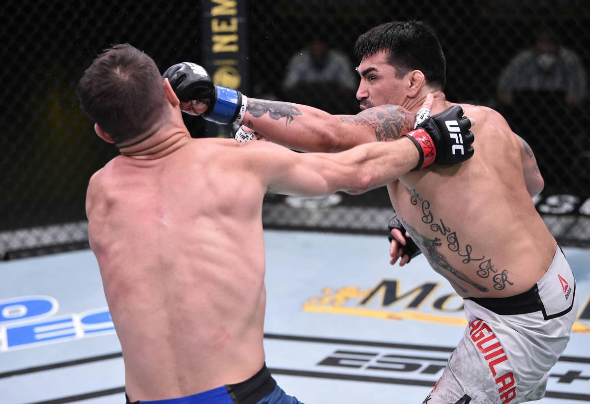 LAS VEGAS, NEVADA - 13 DE JUNIO: (D-I) Kevin Aguilar golpea a Charles Rosa en su pelea de peso ...