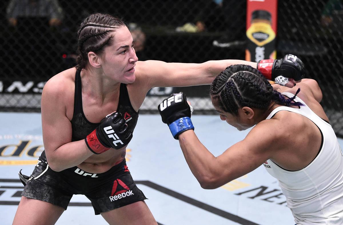 LAS VEGAS, NEVADA - 13 DE JUNIO: (I-D) Jessica Eye golpea a Cynthia Calvillo en su pelea de pes ...