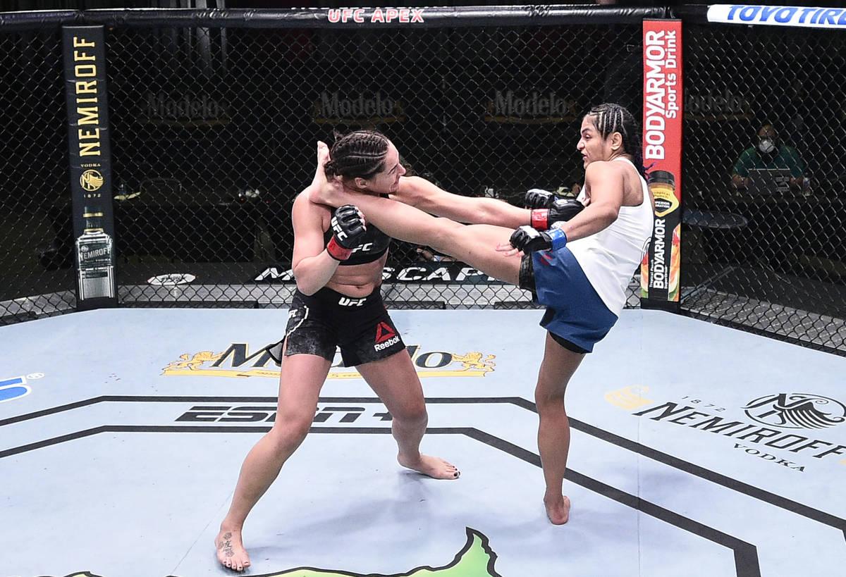 LAS VEGAS, NEVADA - 13 DE JUNIO: (D-I) Jessica Eye patea a Cynthia Calvillo en su pelea de peso ...