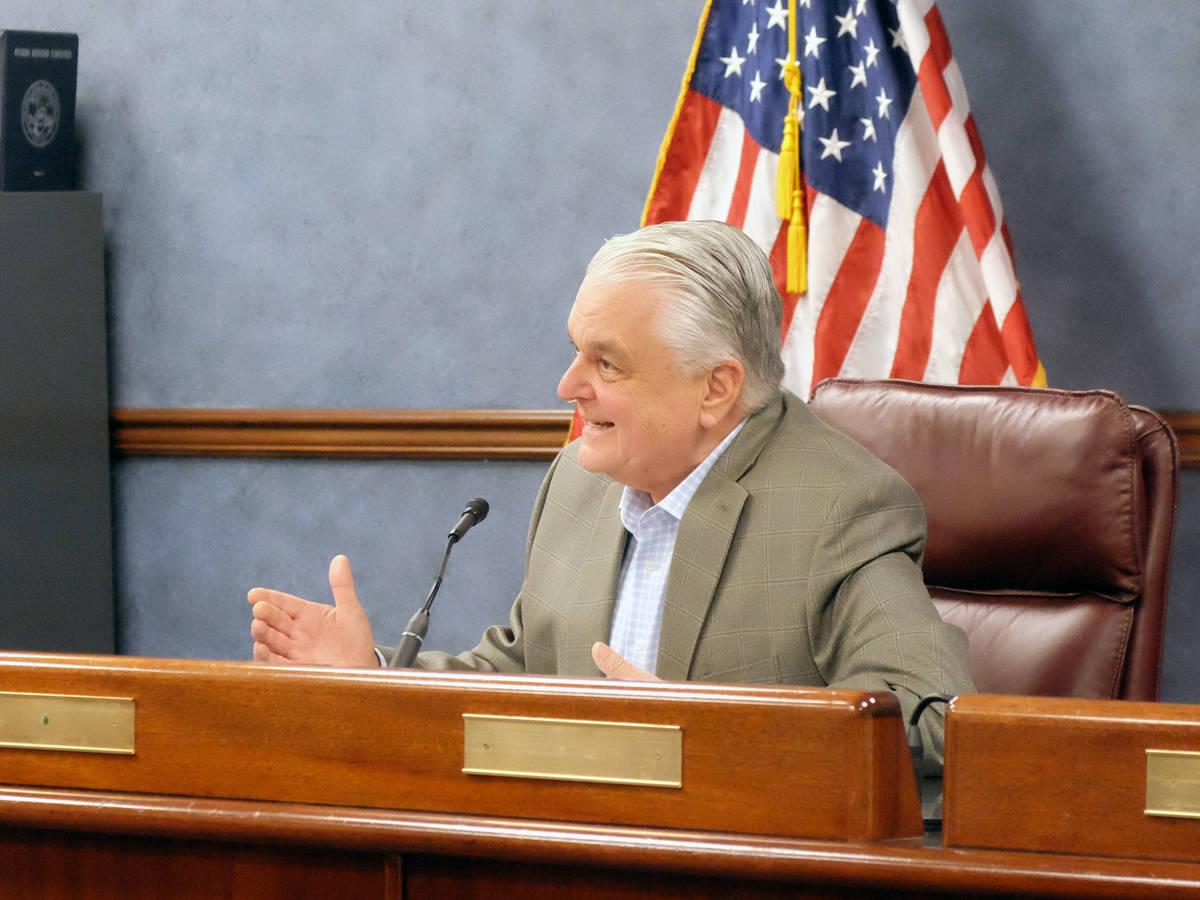 El gobernador Steve Sisolak habla con los periodistas en una conferencia de prensa sobre el est ...