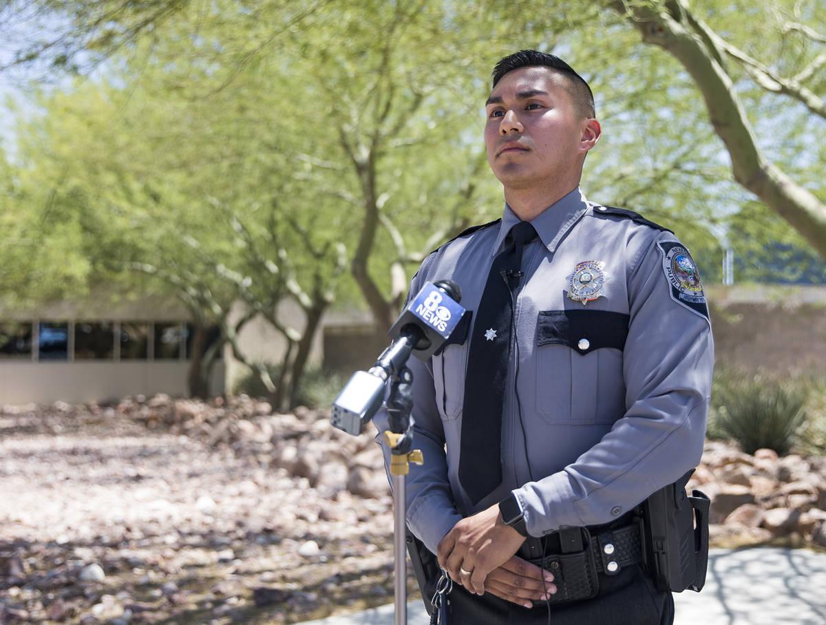 El agente de la Nevada Highway Patrol, Rafael Rodríguez, habla a los medios sobre cómo salvó ...