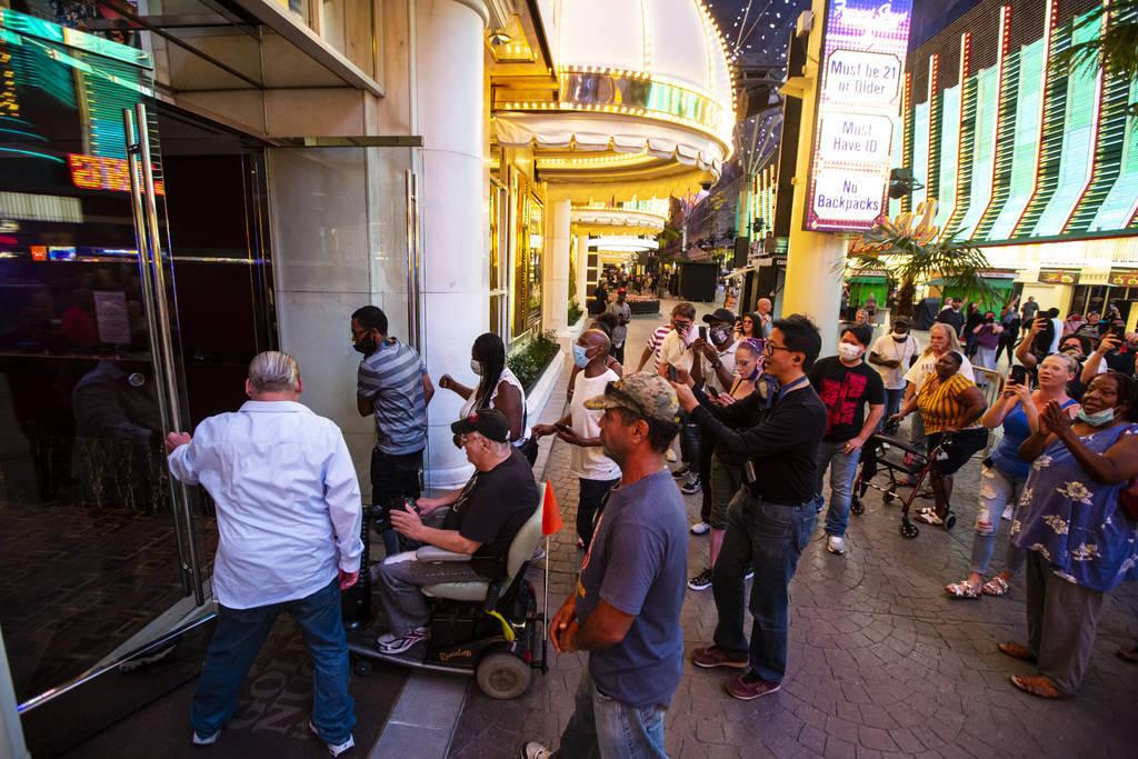 Gente entra en Golden Nugget a las 12:01 a.m. cuando los hoteles-casinos abrieron de nuevo en e ...