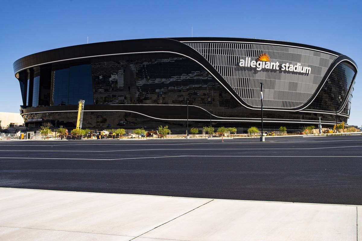 La construcción del Estadio Allegiant en Las Vegas continúa el jueves, 11 de junio de 2020. ( ...