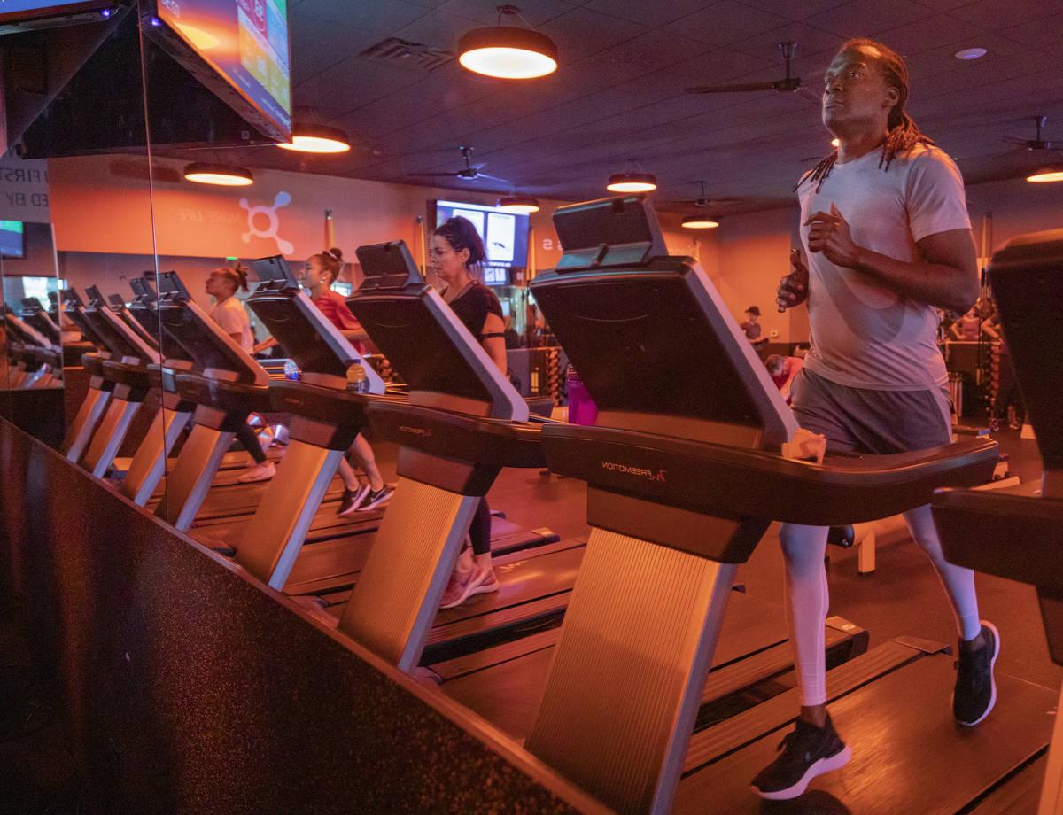 Miembros de Orangetheory Fitness practican el distanciamiento social usando caminadoras separad ...