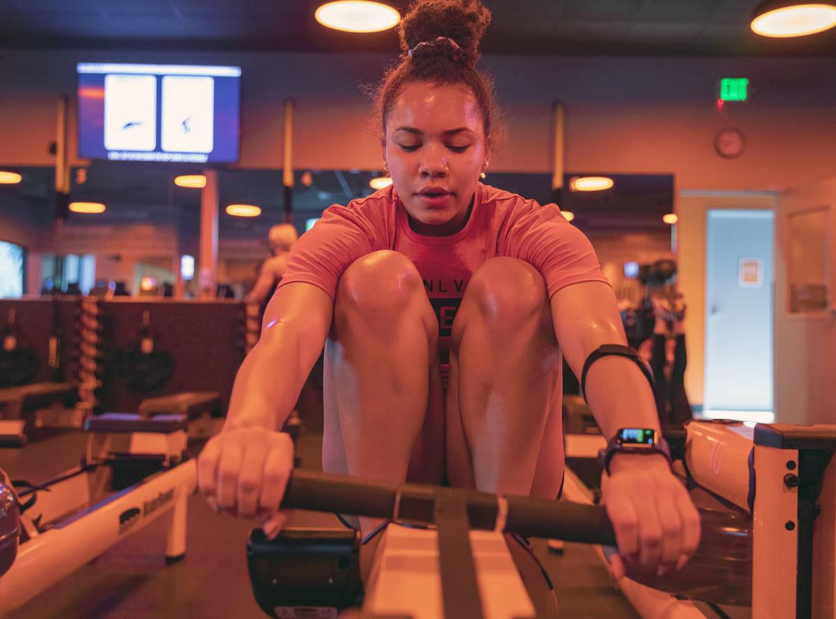 Makenna Pittman hace un circuito de remo en el Orangetheory Fitness de 5990 South Rainbow Blvd. ...