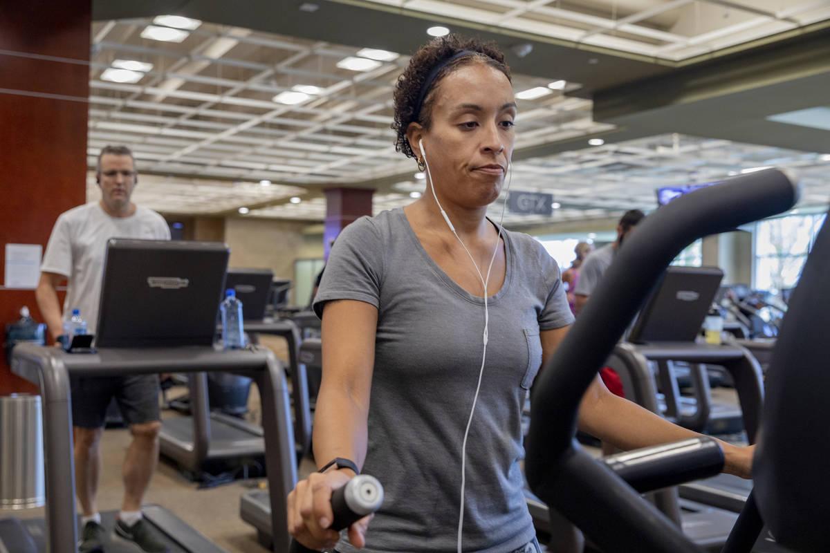 La miembro de Life Time Fitness, Keri Mladenov de Las Vegas, usa una caminadora en el Life Time ...