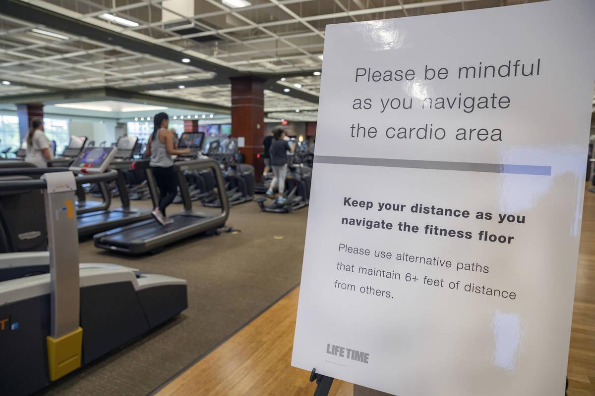 Información sobre distanciamiento social en el área de cardio del Life Time Fitness de Hender ...