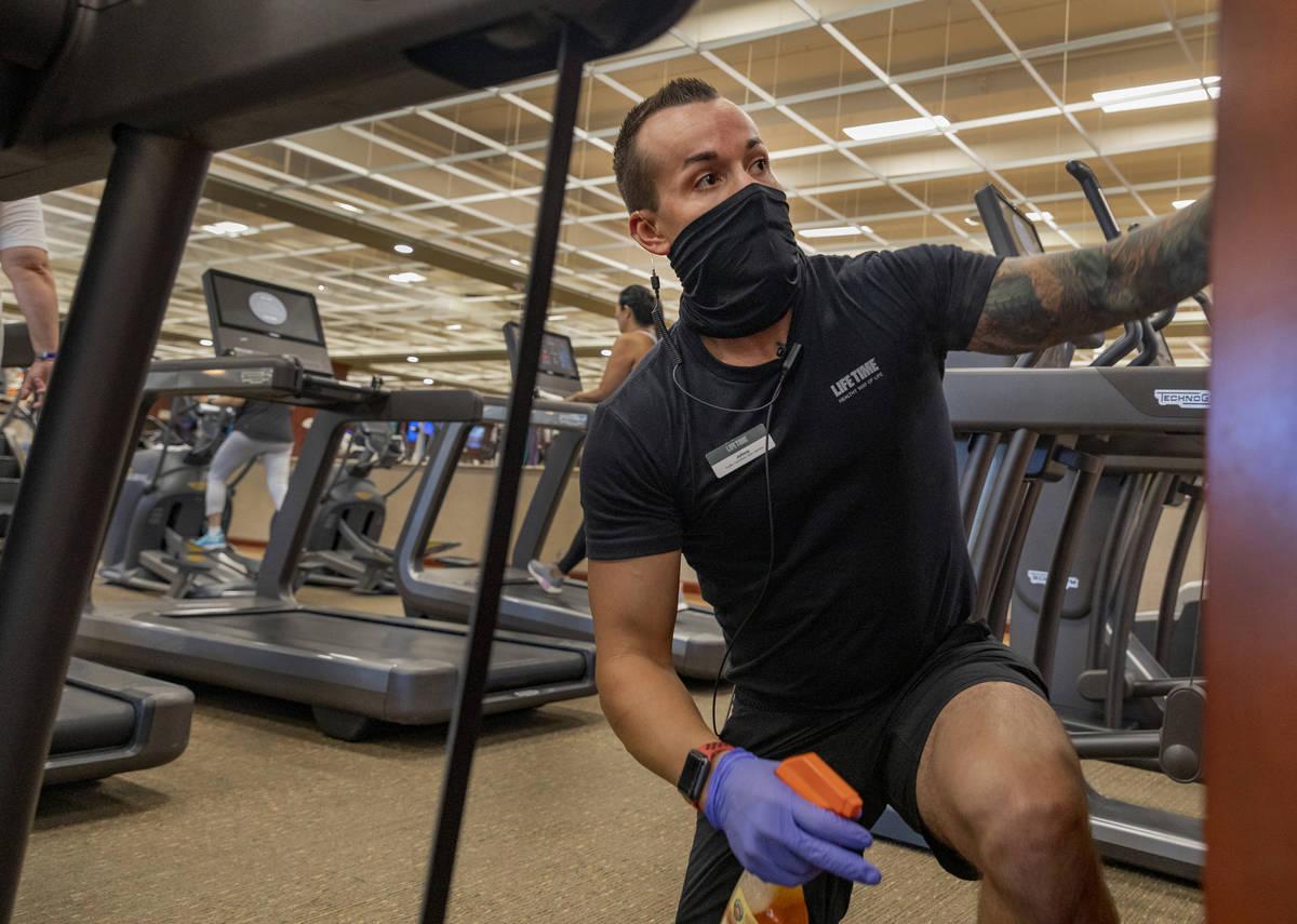 El miembro del equipo de operaciones de las instalaciones de Life Time Fitness, Jonathan Palmer ...