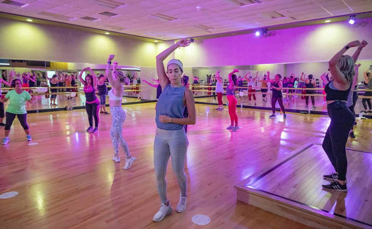 Los miembros de Life Time Fitness practican el distanciamiento social mientras participan en un ...