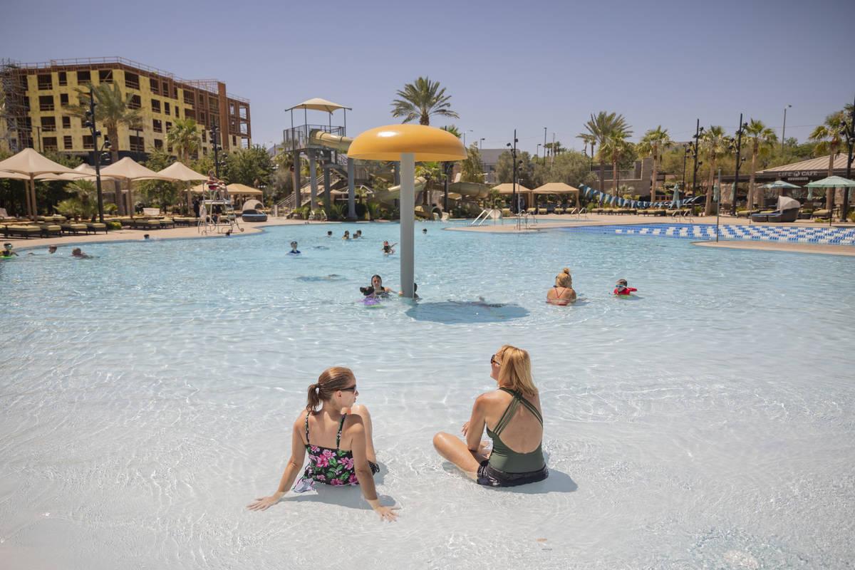 Miembros de Life Time Fitness nadan en la piscina abierta el martes, 16 de junio de 2020. (Eliz ...