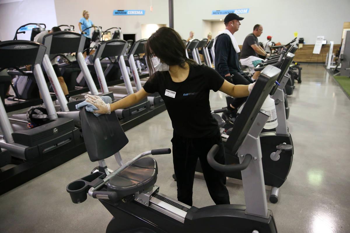 Lisa Torres limpia los equipos de entrenamiento en el gimnasio EOS Fitness en Henderson el mart ...